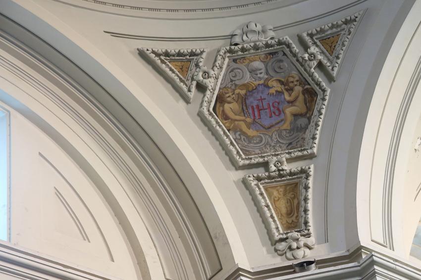 Pechina de la cúpula con el nombre de Jesús IHS